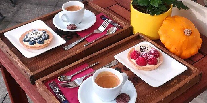 Káva a sladká tartaleta pro 2 osoby v klidné kavárně Kafe A