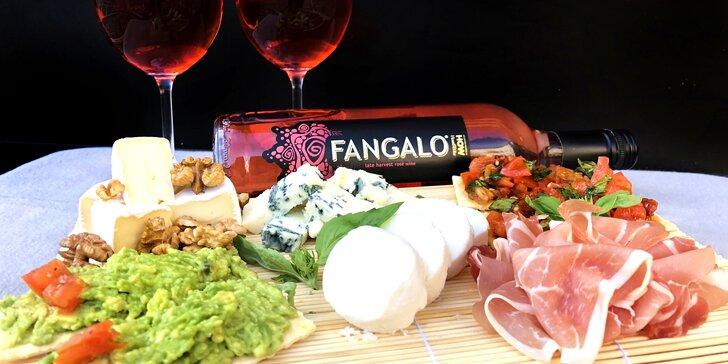 Dobroty přímo v centru města: prkénko plné delikates a láhev vína Fangalo