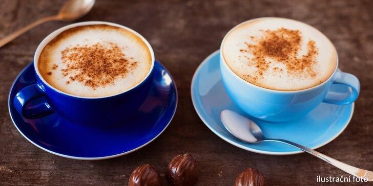 Sladký odpočinek: caffé latte či cappuccino a klidně i medovník
