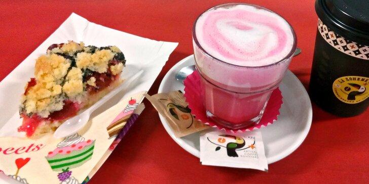 Chvilka pohody: Růžový flat white a švestkový koláč s sebou