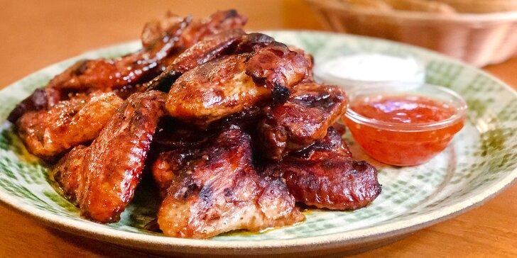 1, 2 nebo 4 kg pečených křídel s pečivem a dvěma omáčkami