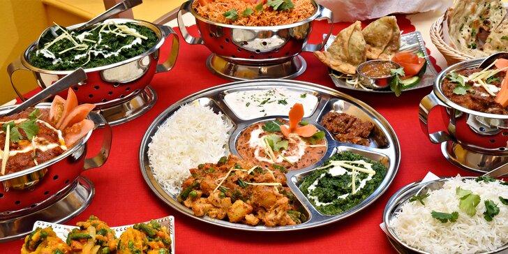 Indie na talíři pro dva: zeleninová směs, kuřecí kostky na kari a další dobroty