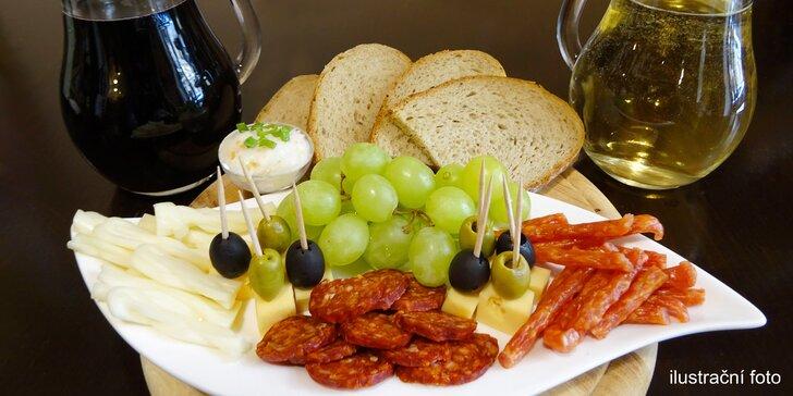 Půl litru sudového vína a talíř sýrů a uzenin pro dva