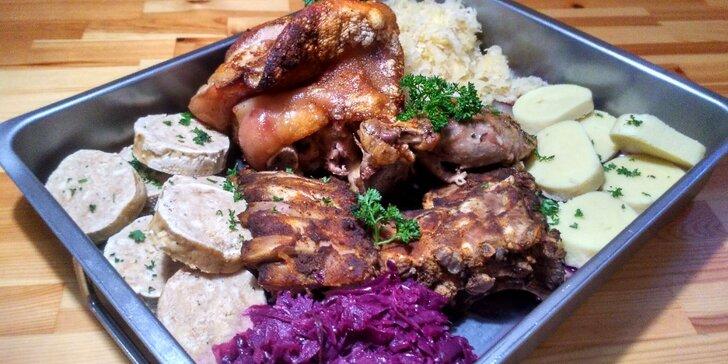 Pekáč plný masa pro 2–3 osoby v restauraci v centru Prahy