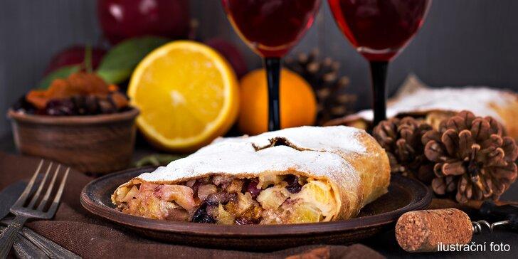 Svařené víno pro zahřátí a domácí štrúdl nebo croissant