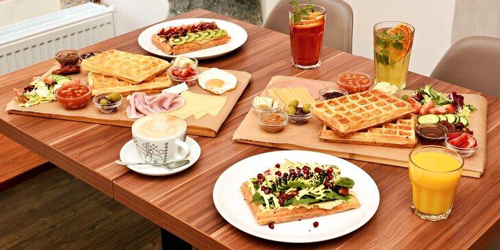 Vaflový brunch na Vinohradech: výběr ze 3 verzí s kávou a domácí limonádou