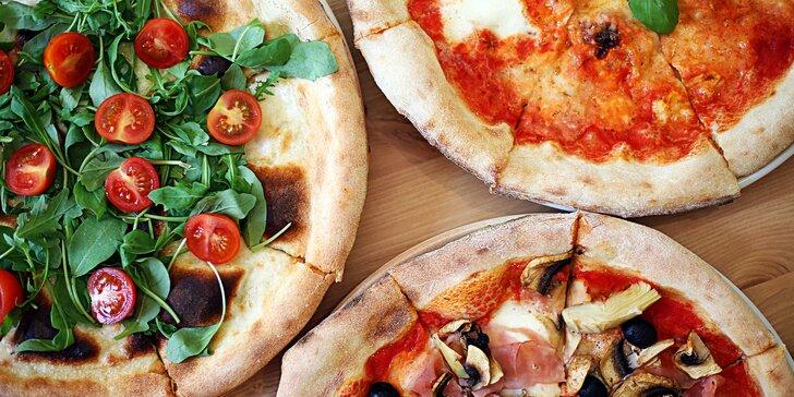 Pravá italská pizza a nealko nápoj v restauraci s italským kuchařem