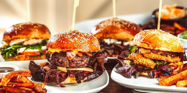 Hovězí, kuřecí nebo vege burger, hranolky a salát u náplavky až pro 4 osoby