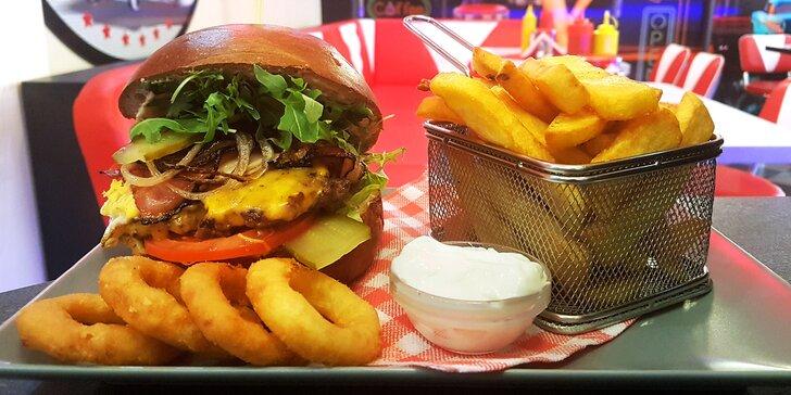 Hovězí burger s cibulovými kroužky, steakovými hranolky a dipem pro dva