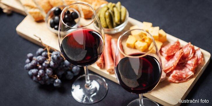 Příjemné posezení ve vinárně: Láhev vína a prkénko plné masa a sýrů