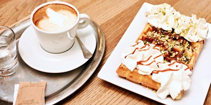 Bezlepková vafle zdobená ovocem, karamelem nebo zmrzlinou a horký nápoj