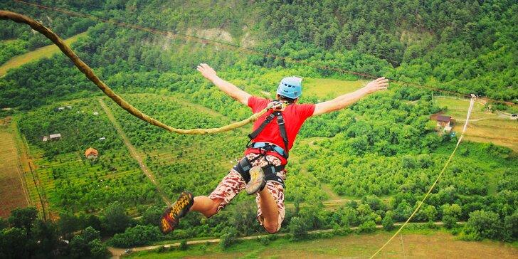 Extrémní bungee jumping z televizní věže nebo jeřábu