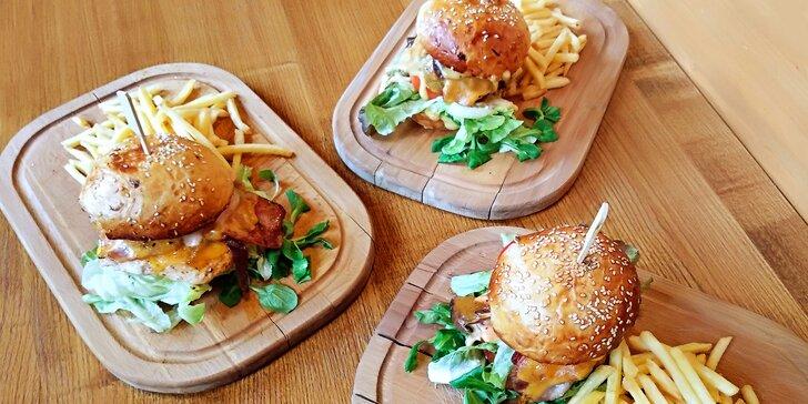 Dejte si burger: hovězí nebo kuřecí maso, domácí bulka i hranolky