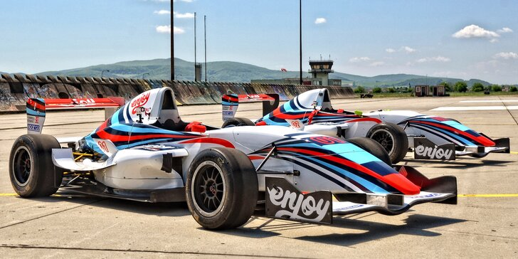 Chopte se řízení nadupaného monopostu: jízda v závodní formuli Renault 2.0