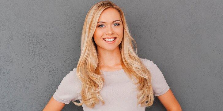 Vlasy jako políbené sluncem: letní blond melír v horní části kadeří