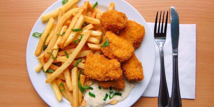 Skvělý oběd: kuřecí nugety v kukuřičné krustě s hranolky a domácí tatarkou