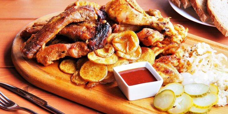 Mix grill plný pečínek: kuřecí špalíčky i křidélka a pečená žebra až pro 4 hosty