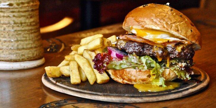 Skvostné burgery s kopou hranolek U Třech Čertů v centru Brna