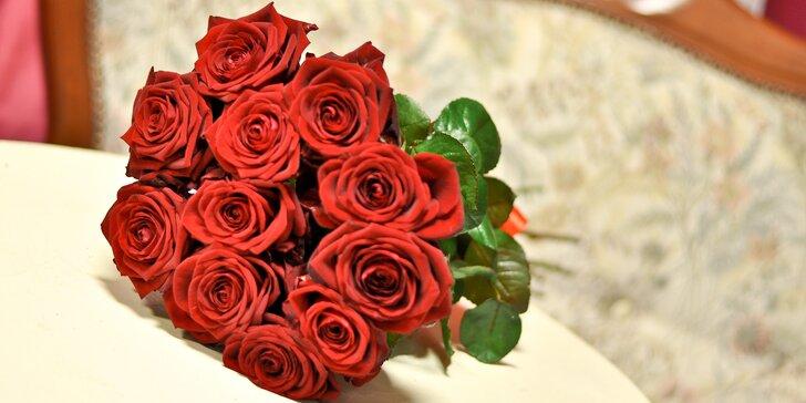 Kytice až 15 červených růží s přáním a rozvozem po Budějovicích a okolí