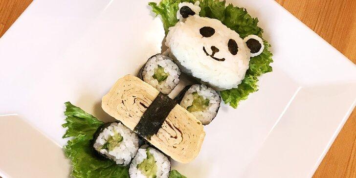 Pro malé milovníky Japonska: sushi ve tvaru pandy s rýží, okurkou a omeletou