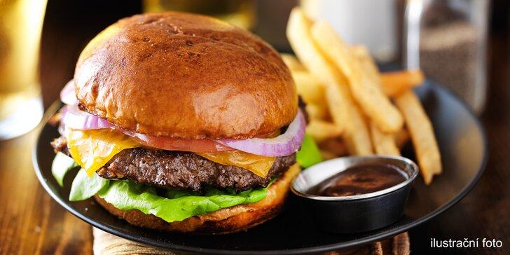 Parádní občerstvení z food traileru: 2 burgery s extra porcí čedaru a hranolky
