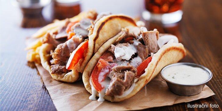 Tradiční gyros v pita chlebu nebo tortille s nápojem v restauraci Riva
