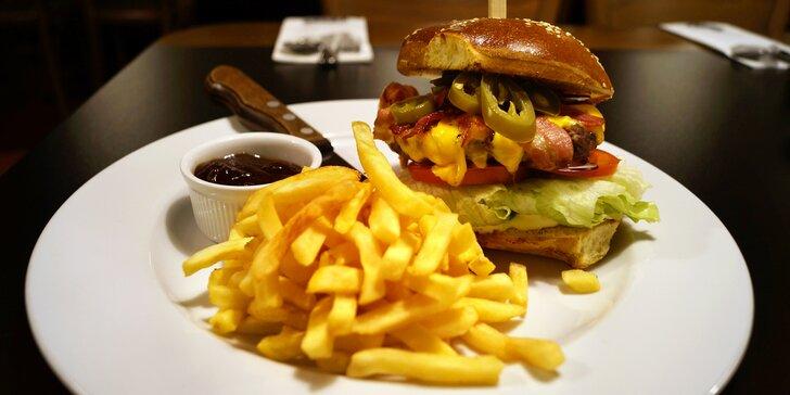 Pořádná pochoutka: císař burger s domácí bulkou a hranolky pro jednoho