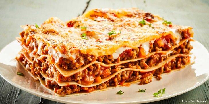 Čerstvé lasagne připravené přímo v peci na dřevo v pizzerii Amigo