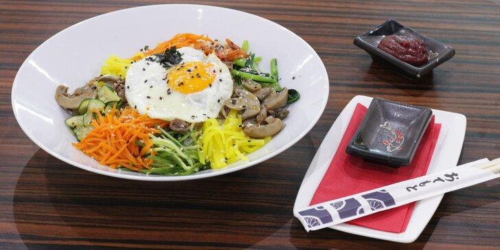 Dobroty z Asie: korejské národní jídlo bibimbap či vietnamský Bún Xáo Tom