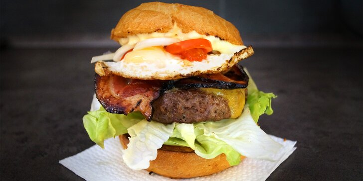 Adventní bacon burger: Hovězí burger se slaninou, vajíčkem a porcí hranolků