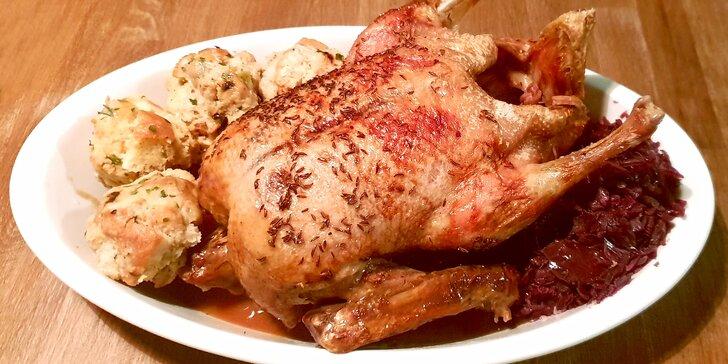 Pečená kachna se špekovými knedlíky a zelím v restauraci La Bastille