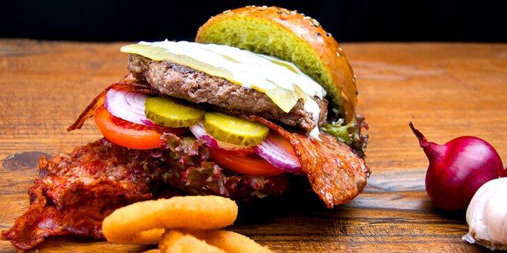 Nevídaná dobrota: Matcha burger s jedinečnou bulkou plnou dobrot