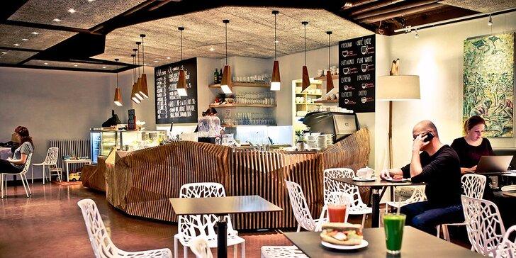Káva a dort v kavárně a galerii Art-n-Coffee vyzdobené africkým uměním