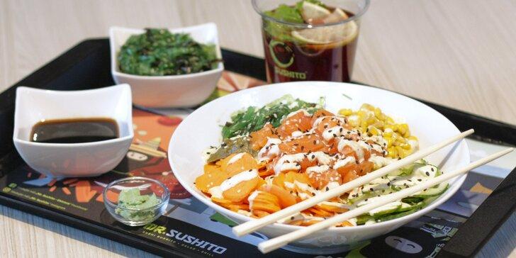 Havajská specialita poke bowl s kuřetem nebo lososem, krevety a limonáda