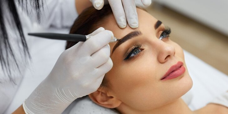 Krásná hned po probuzení: Permanentní make-up obočí pudrovou metodou