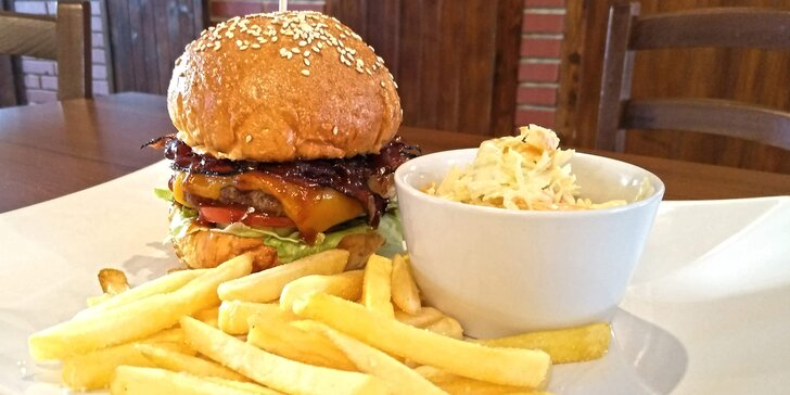 Krůtí nebo hovězí burger, omáčka, hranolky a pivo pro 1 i 2 osoby