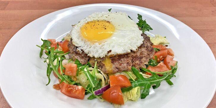 Naked burger Fitnessák: hovězí maso, vejce a čerstvý zeleninový salát