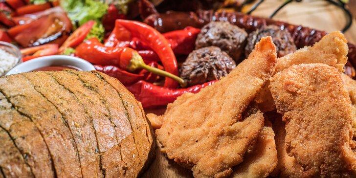 Masové prkno s degustací piva: steak z kotlety, klobásy, kuřecí křídla