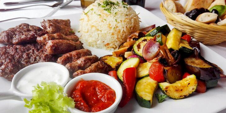 Balkán na talíři: pleskavice, čevabčiči a grilovaná zelenina pro 2 osoby