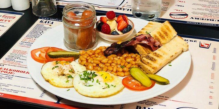 Bohatá snídaně pro 1 nebo pro 2: párky, slanina, volské oko, fazole i zelenina