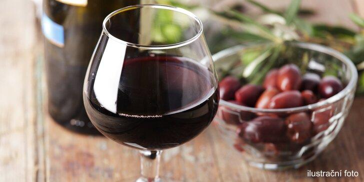 Příjemné chvíle v centru Hradce: červené nebo bílé víno a mandle pro dva