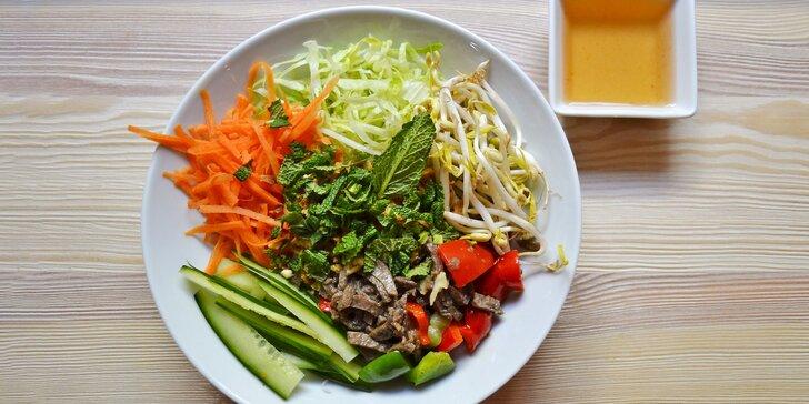 Veganské Bún bò Nam Bộ nebo Bún Chả: sójové maso, rýžové nudle, zelenina
