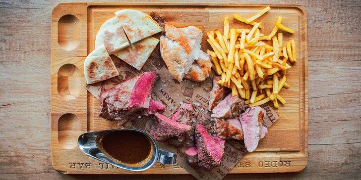Prkno se 4 druhy steaků: 550 i 1100 g s hranolky, pita chlebem a omáčkou