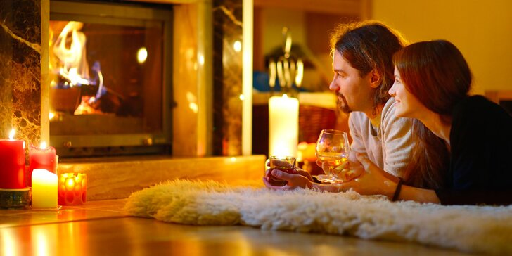 Buďte pár dní jen spolu: romantický pobyt v luxusní chatě se saunou a krbem