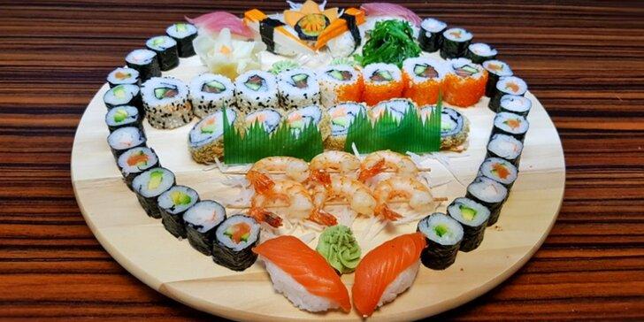 Sushi set se 46 kousky, salátem, mořskými řasami, wasabi a zázvorem
