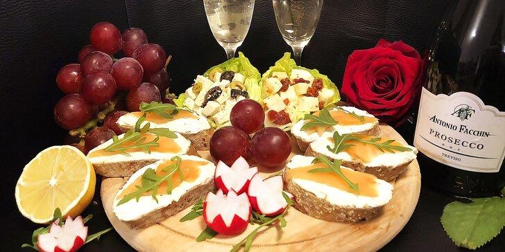 Valentýnské posezení v centru města: prkénko dobrot a perlivé víno pro 2
