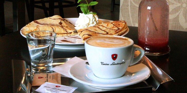 Palačinka, káva a bio limonáda v kavárně v Kunratické tvrzi s výstavou