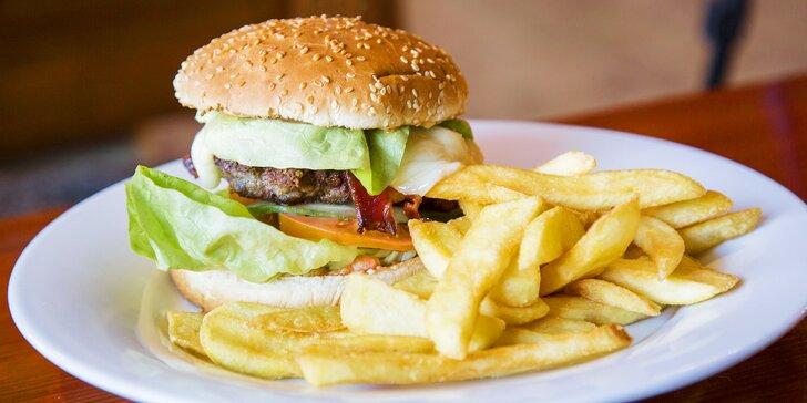 Naducané hovězí burgery se slaninou a hranolky pro dva nebo čtyři jedlíky