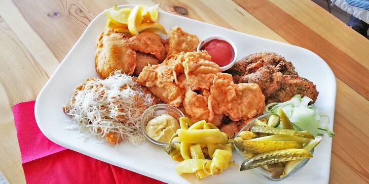 600 g nebo 1200 g kuřecích a vepřových řízků, domácí pečivo a omáčky, zelenina