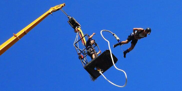 Volný pád z úctyhodné výšky: extrémní bungee jumping z jeřábu